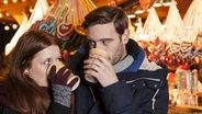 Ein Mann und eine Frau schauen sich in die Augen, während aus ihrer Tasse trinken. © imago/STPP Foto: STPP