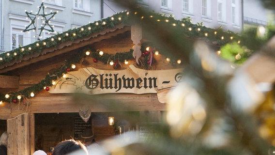 Ein Glühweinstand auf dem Weihnachtsmarkt. © imago/Roland Mühlenanger Foto: Roland Mühlenanger