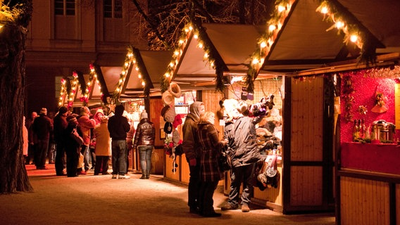 Buden auf einem Weihnachtsmarkt © picture alliance / dpa Themendienst Foto: Andrea Warnecke