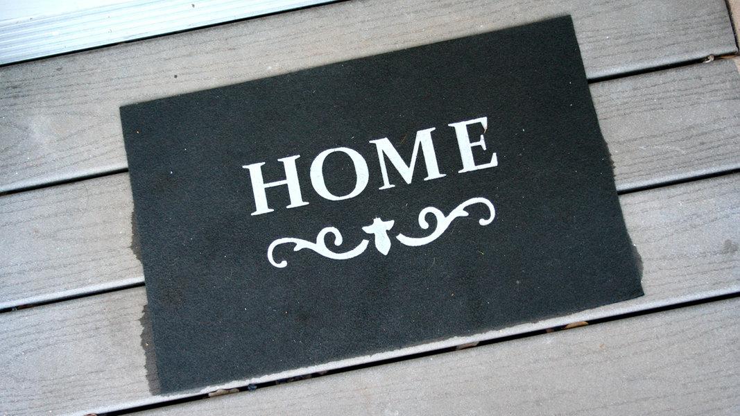 """Eine Fußmatte mit der Aufschrift """"Home"""". © picture alliance / R. Goldmann Foto: Ralph Goldmann"""
