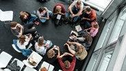 """Teilnehmer von """"Z2X"""" sitzen im Kreis. © ZEIT Online"""