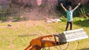 """Zu sehen ist der YouTuber Fynn Kliemann, der auf einer Baggerschaufel steht und für sein neues Funk Format """"Kliemannsland"""" posiert. © Funk / ARD / ZDF / Stefan Behrens Fotograf: Stefan Behrens"""
