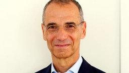 Portrait von Michael Wolffsohn vor grauem Hintergrund © Michael Wolffsohn