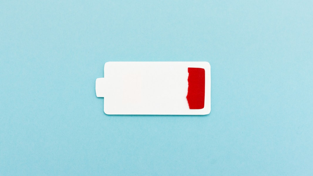 Das Bild zeigt eine aus Pappe gebastelte, leere Akku-Anzeige eines Smartphones. © Photocase Foto: Marie Maerz