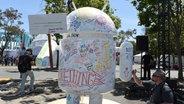 Android-Statue mit Vorschlägen für den Namen den nächsten Betreibssystems. © Andrej Sokolow / dpa Fotograf: Andrej Sokolow