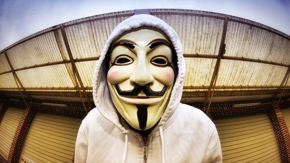 Mann mit Kapuzenpulli und Guy-Fawkes-Maske. © picture alliance / blickwinkel/McPHOTO Foto: blickwinkel/McPHOTO
