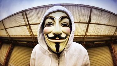 Mann mit Kapuzenpulli und Guy-Fawkes-Maske. © picture alliance / blickwinkel/McPHOTO Fotograf: blickwinkel/McPHOTO