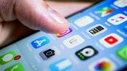 Ein Finger auf dem Display eines Smartphones, auf dem mehrere Apps zu sehen sind. © picture alliance/imageBROKER Foto: Valentin Wolf