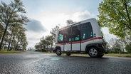 Ein selbstfahrender Bus fährt in Bayern die Straße entlang © picture alliance / Armin Weigel/dpa Fotograf: picture alliance / Armin Weigel/dpa