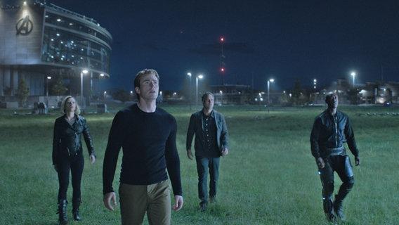"""Eine Szene aus """"Avengers: Endgame"""": Vier Menschen stehen auf dem Rasen. © Marvel Studios 2019"""