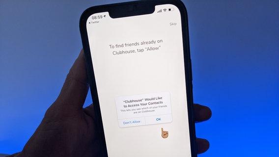 Jemand hält sein Smartphone mit der App Clubhouse in die Kamera. © picture alliance/dpa | Christoph Dernbach Foto: picture alliance/dpa | Christoph Dernbach