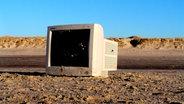 Ein alter Computerbilschirm steht in der Wüste. © cxflyer / photocase.de Foto: cxflyer