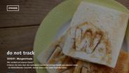 Der Screenshot der Website donottrack.com zeigt ein paar Toasts sowie Teaser mit Programmhinweisen zum Thema Überwachung im Internet. © ARTE / BR / https://donottrack-doc.com/de/episode/1 Fotograf: Screenshot