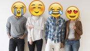 Vier Menschen stehen vor einer Wand - statt Köpfen sieht man Emojis © picture alliance / Bildagentur-online/Tetra-Images, Unicode Fotograf: Tetra-Images