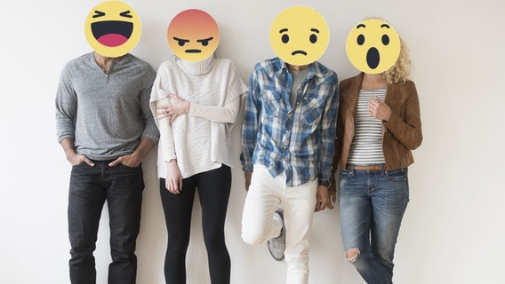 Emojis statt Gesichter: Vier Menschen stehen vor einer Wand. © picture alliance / Bildagentur-online/Tetra-Images, Screenshot: Facebook / Chris Cox Fotograf: Tetra-Images