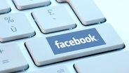 Bild zeigt Facebookschriftzug auf Computertastatur