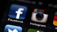Die Logos der App von Facebook und Instagram auf dem Display eines iPhone © dpa