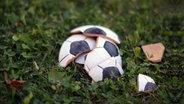 Das Bild zeigt einen Fußball aus Ton. © Francesca Schellhaas / photocase.de Fotograf: Francesca Schellhaas / photocase.de