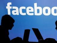Schatten von zwei Personen vor Facebook-Logo © dpa