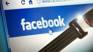 Ein Anschnallgurt vor einer Facebookseite (Bildmontage). © iStock Fotograf: Evgenij Mymrin, Leonardo Favaro