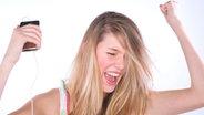 Frau hört Musik und hat Spaß © picture-alliance.com
