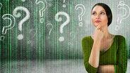 nachdenkliche Frau umgeben von Fragezeichen und symbolisiertem Datenstrom (Montage) © fotolia.com Fotograf: Kirill Kedrinski , imkenneth