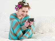 Frau tippt eine Kurznachricht in ihr Handy und lacht. © picture alliance / Image Source