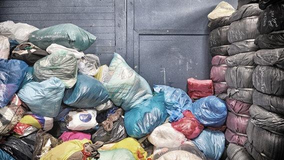 Viele bunte Müllsäcke aufeinandergestapelt. © ts-fotografik.de / photocase.de Foto: ts-fotografik.de / photocase.de