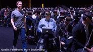 Das Bild zeigt Mark Zuckerberg bei der Präsentation des Samsung Galaxy S7 © Mark Zuckerberg
