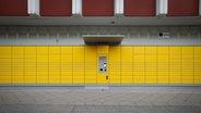 Eine gelbe Packstation zieht sich über die gesamte Breite des Bildes. © picture alliance / NurPhoto Foto: picture alliance / NurPhoto
