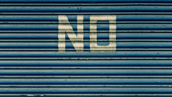 """Auf einem blauen Tor steht das Wort """"No"""". © Jonathan Schöps / photocase.de Foto: Jonathan Schöps / photocase.de"""