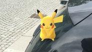 Das Pokémon Pikatchu sitzt auf einem Auto © Pokémon Go / N-JOY Fotograf: Dennis Bangert