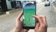 Hände halten ein Smartphone auf dem Pokémon Go läuft © N-JOY / Pokémon Go Foto: Anthrin Warnking