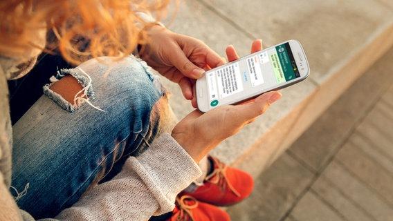 Teenager liest auf dem Smartphone eine Whatsapp-Nachricht (Bildmontage) © Fotolia.com Foto: determined