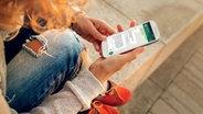 Teenager liest auf dem Smartphone eine Whatsapp-Nachricht (Bildmontage) © Fotolia.com Fotograf: determined