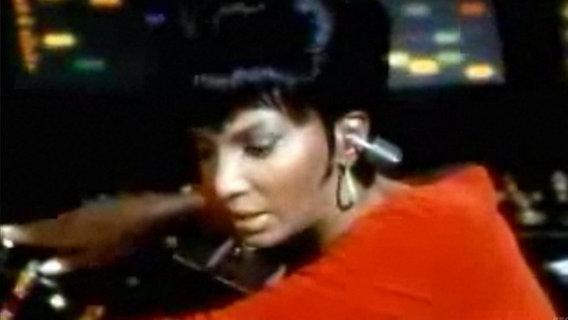 Das Bild zeigt Lieutenant Uhura mit einem Stecker im Ohr. © CBS Entertainment