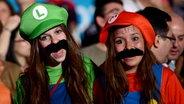 Zwei junge Frauen als Luigi und Super Mario verkleidet. © Imago/Xinhua Fotograf: Imago/Xinhua