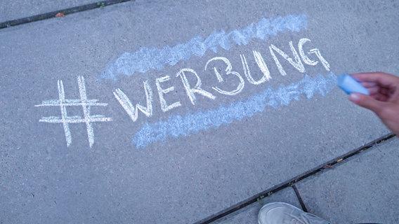 Auf Stein steht #Werbung geschrieben. © N-JOY Foto: Eva Köhler