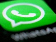 Das WhatsApp-Logo auf schwarzem Hintergrund. © dpa Fotograf: Martin Gerten