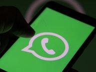 Das WhatsApp-Logo auf schwarzem Hintergrund. © picture alliance / NurPhoto Foto: Nasir Kachroo