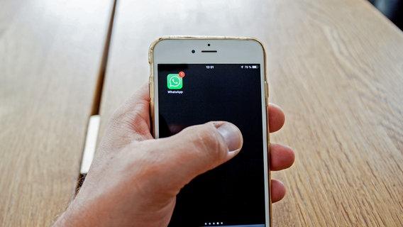 Eine Hand hält ein Smartphone, darauf die WhatsApp-App mit einer Benachrichtigung. © picture alliance/Fotostand Foto: K. Schmitt