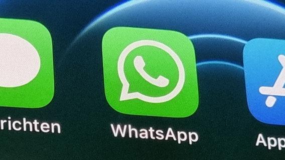 Das WhatsApp-Logo auf schwarzem Hintergrund. © picture alliance/dpa | Christoph Dernbach Foto: Christoph Dernbach