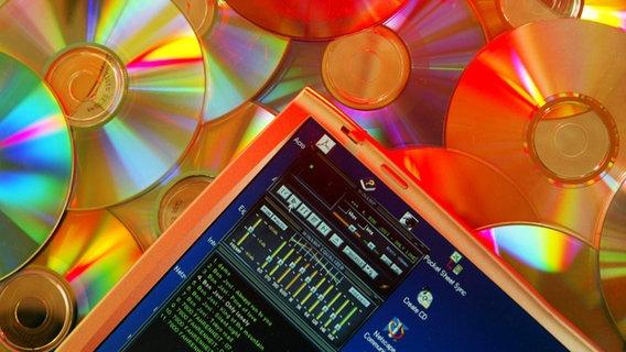 Ein Bildschirm mit dem Winamp-Player auf einem Haufen CDs. © imago/ Action Press Foto: Action Press