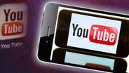 Das Logo des Videoportals YouTube ist auf einem iPhone zu sehen. Dieses Bild ist Teil einer Montage. © dpa - Bildfunk Fotograf: Sebastian Kahnert/dpa