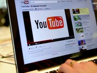 Auf einem Laptop ist das Logo des Internet-Videoportals YouTube zu sehen. © dpa - Bildfunk Fotograf: Britta Pedersen/
