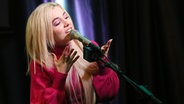 Ava Max steht am Mikrofon und singt. © picture alliance/MediaPunch Foto: Star Shooter