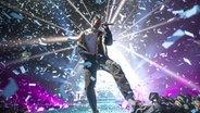 Dan Reynolds, der Sänger von Imagine Dragons, im Konfettiregen auf der Bühne. © picture alliance / Photoshot