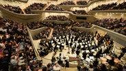 Das NDR Elbphilharmonie Orchester auf der Bühne der Elbphilharmonie Hamburg. © Benjamin Hüllenkremer/ NDR Fotograf: Benjamin Hüllenkremer