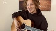 Das Bild zeigt den Musiker Michael Schulte mit seiner Gitarre © MIchael Schulte Foto: MIchael Schulte