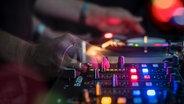 Zu sehen ist ein DJ-Mischpult. © complize / photocase.de Foto: complize